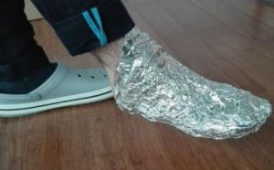 Zamotajte svoje noge u nekoliko slojeva aluminijske folije, a jedan sat kasnije nećete vjerovati šta će se dogoditi…