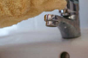 Mrlje od KAMENCA u kuhinji i kupatilu se ČISTE KAO OD ŠALE uz dva OBIČNA sastojka iz vaše kuhinje!