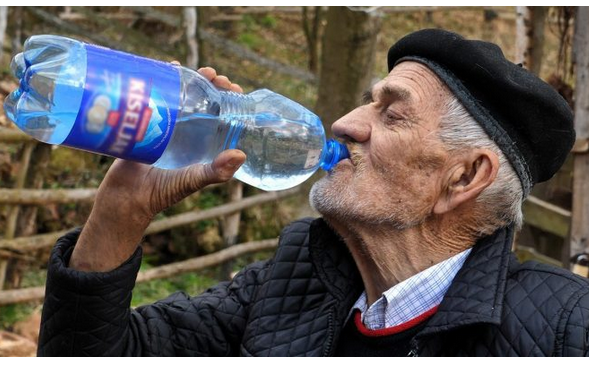 FENOMEN IZ MALOG SELA U BOSNI I HERCEGOVINI – Mustafa pije nevjerovatnih 10 litara vode dnevno! (VIDEO)