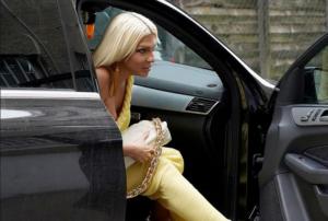 """Karleuša u bojama limuna rešila da ne """"muči"""" ljude: Jasno pokazala nosi li nešto ispod haljine"""