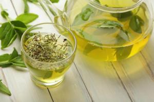 ON JE NAJMOĆNIJI SAVEZNIK VAŠEG LEPOG I NEGOVANOG LICA: Za kožu ne postoji ništa bolje od zelenog čaja!(RECEPTI)